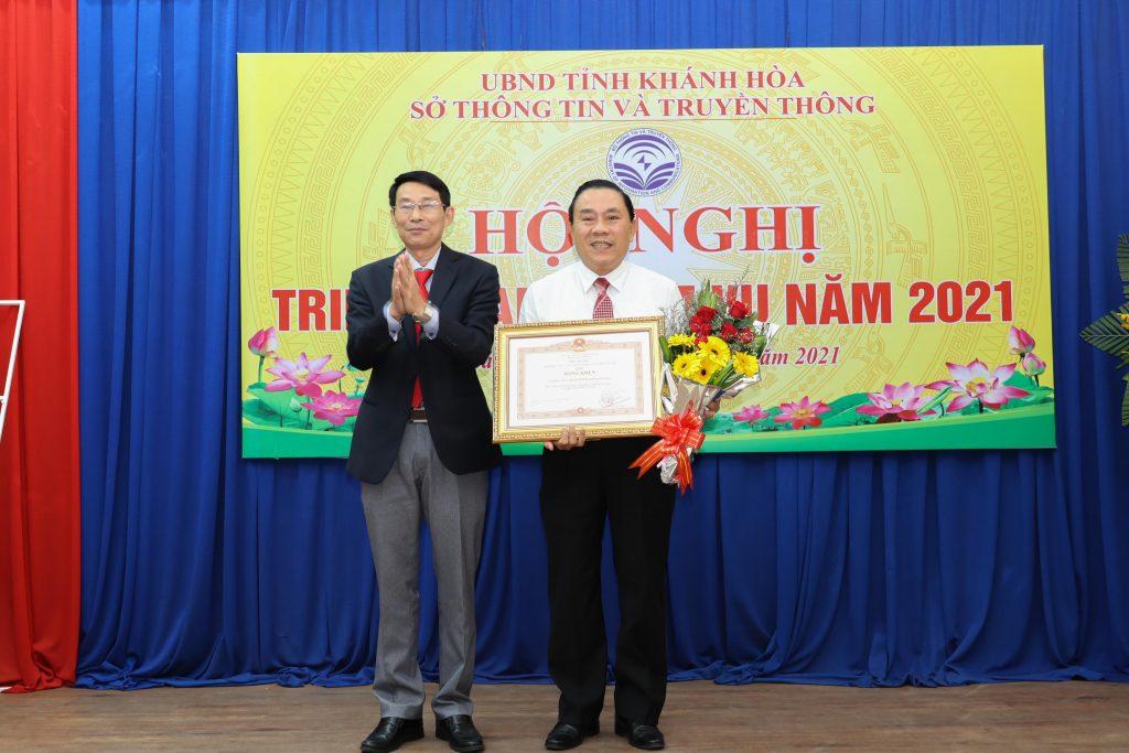 Lãnh đạo Sở TT&TT tỉnh Khánh Hòa trao giấy khen cho đại diện các tập thể có thành tích trong phong trào thi đua của ngành.