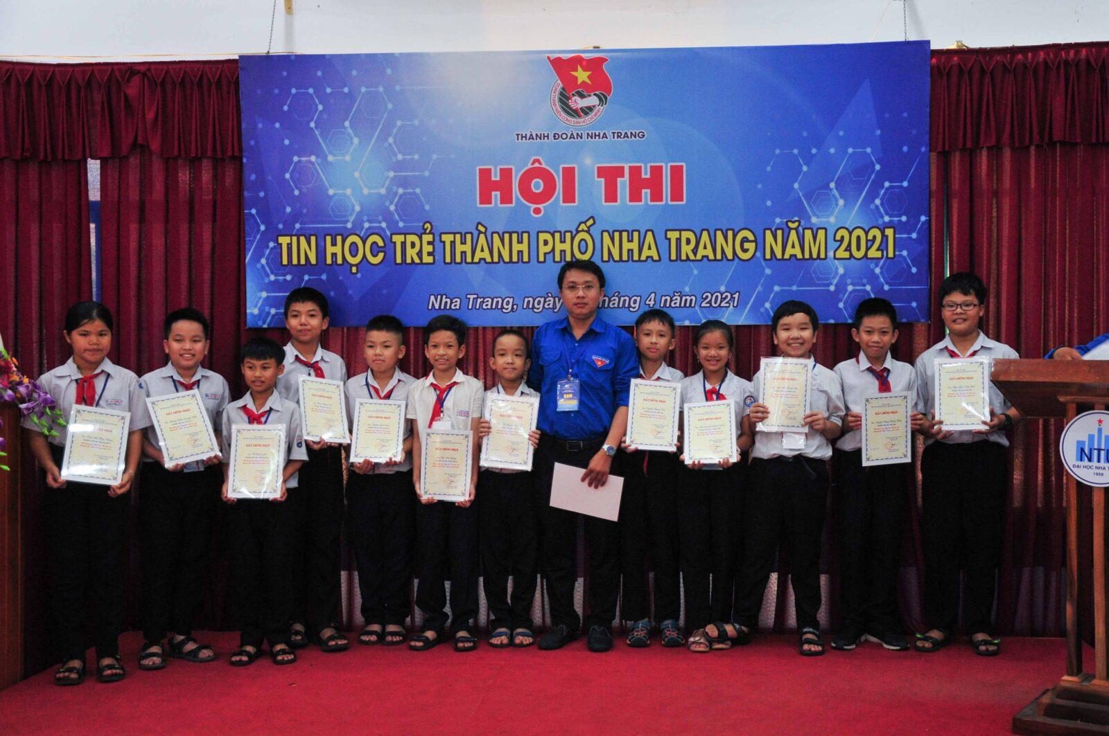 Ban tổ chức trao giải cho các thí sinh xuất sắc ở bảng A